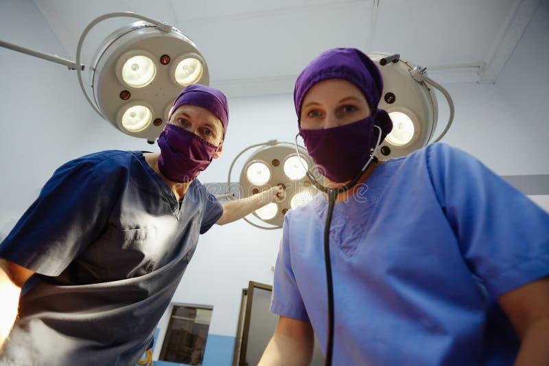Quarto de operação com a equipe de funcionários médica durante a cirurgia fotografia de stock royalty free