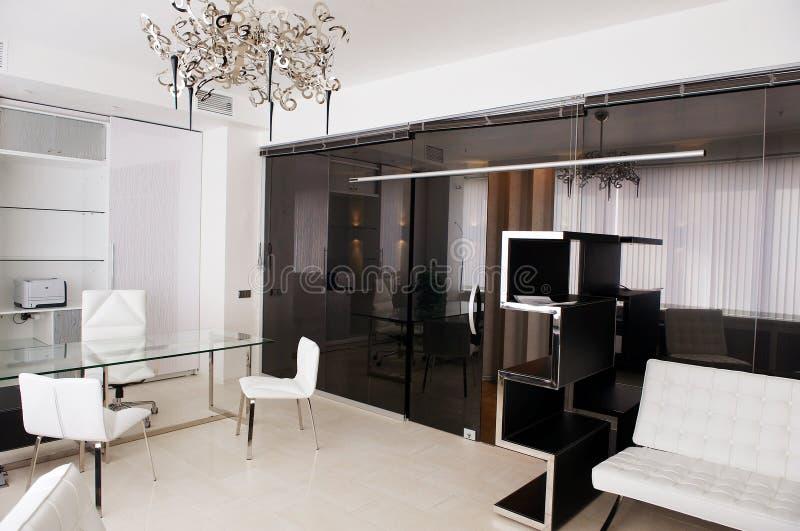 Quarto de reunião do vidro com mobília de couro foto de stock royalty free
