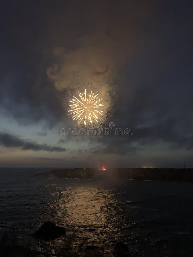 Quarto dei fuochi d'artificio di luglio in California del Nord sulla costa fotografie stock