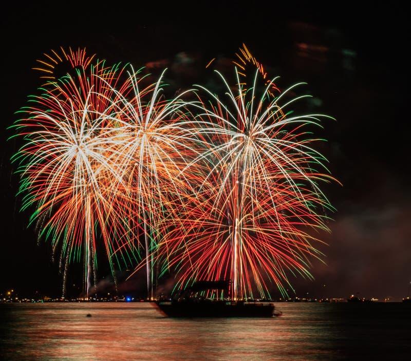 Quarto del sud del lago Tahoe dei fuochi d'artificio di luglio con la barca fotografia stock libera da diritti