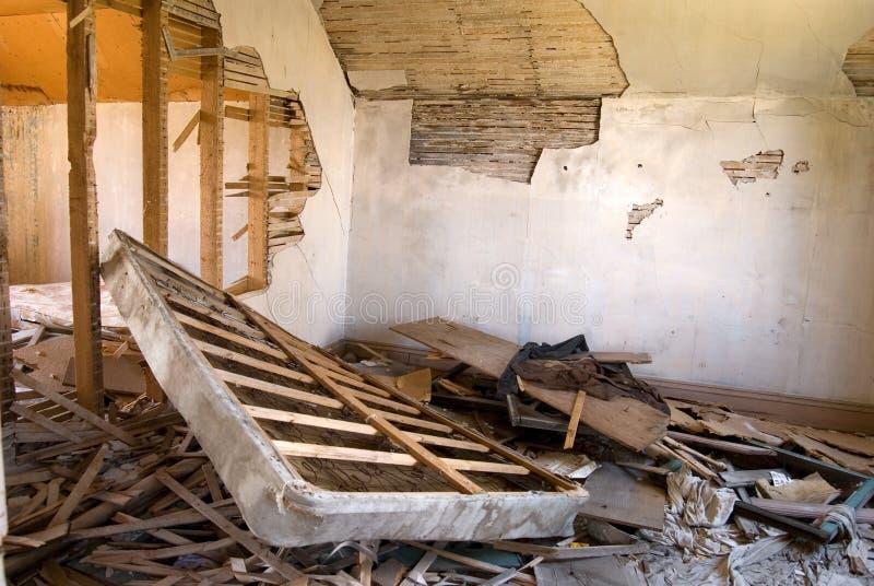 Quarto destruído na casa abandonada imagem de stock royalty free
