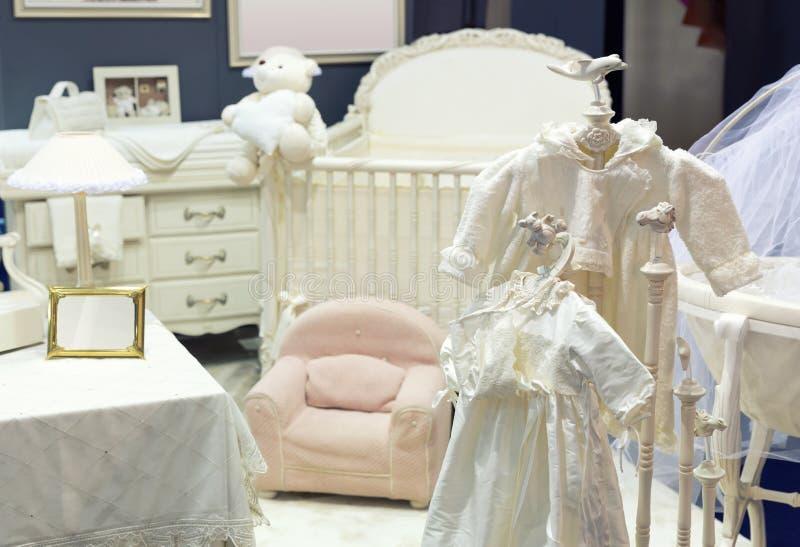 Quarto do bebê com o urso de peluche branco imagens de stock royalty free