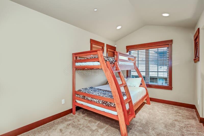 Quarto do ` do convidado/crianças com uma cama de beliche fotos de stock