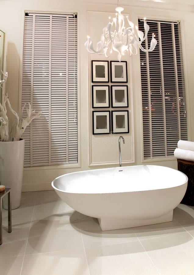 Quarto elegante do banho fotografia de stock royalty free