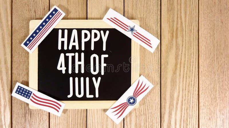 Quarto felice di tipografia di luglio sopra fondo di legno Immagine della foto immagini stock