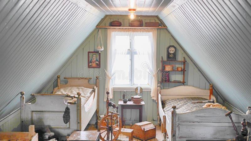 Quarto histórico islandês do ` s da criança do vintage velho com duas camas foto de stock