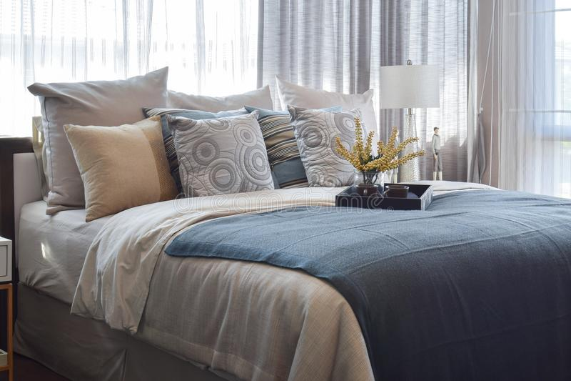 Quarto luxuoso com descansos listrados e grupo de chá decorativo na cama fotos de stock royalty free