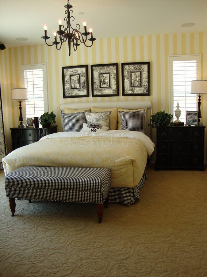 Quarto mestre bonito da cama fotografia de stock royalty free
