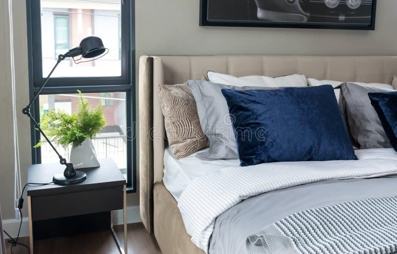 Quarto moderno com descansos azuis e a lâmpada preta na tabela imagens de stock royalty free