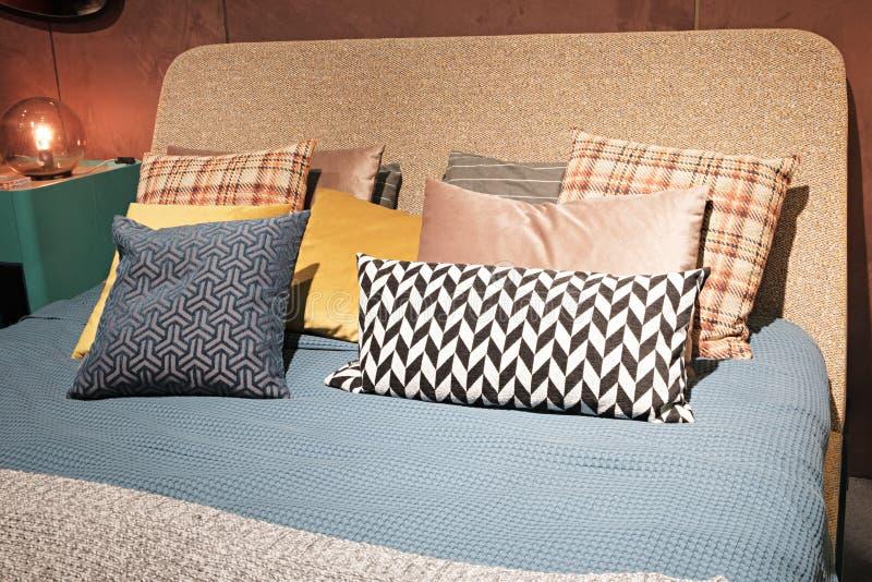 Quarto moderno luxuoso do estilo e nos tons cinzentos, cor-de-rosa, marrons e azuis, interior de um quarto com coxins do luxuoso foto de stock royalty free