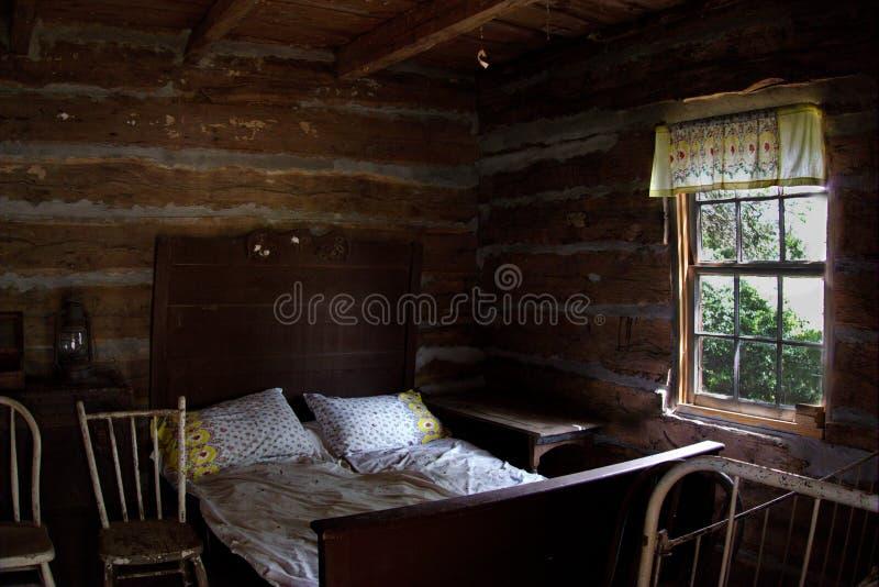 Quarto na cabana rústica de madeira histórica antiga imagens de stock