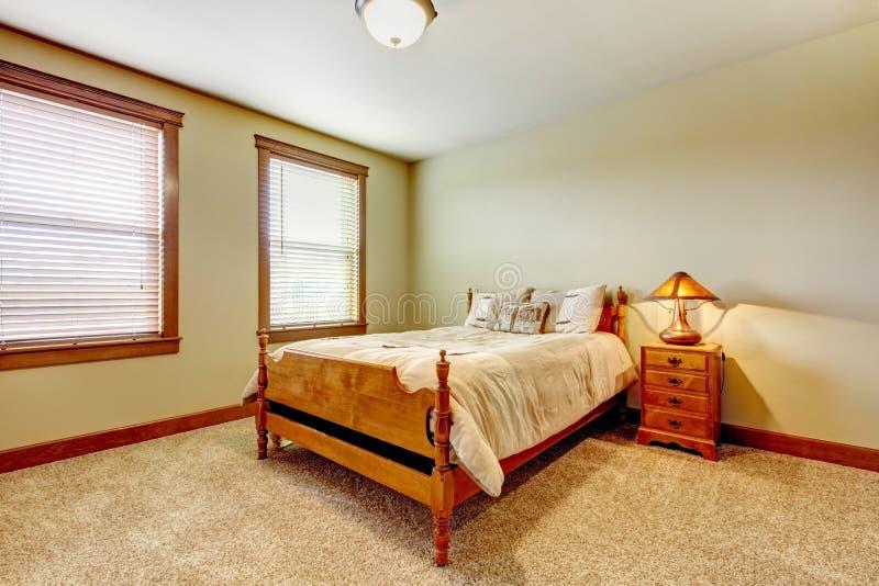 Quarto natural da casa da exploração agrícola com tapete bege e as paredes verdes. foto de stock royalty free