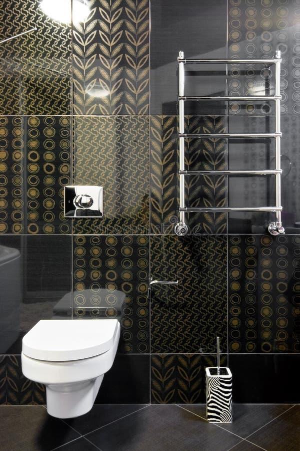 Quarto novo do toalete em cores pretas imagem de stock