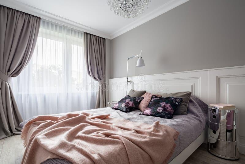 Quarto pastel com cama de casal imagens de stock royalty free