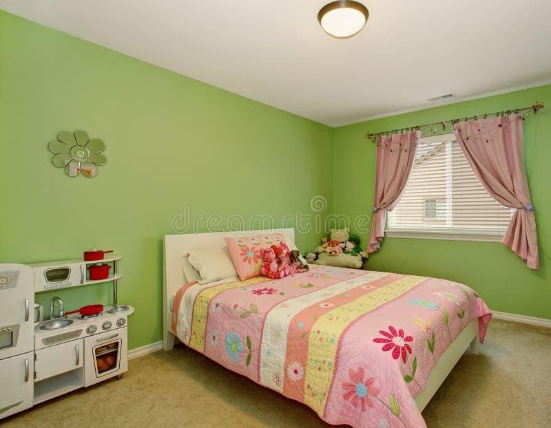 Quarto perfeito das meninas com paredes verdes foto de stock royalty free