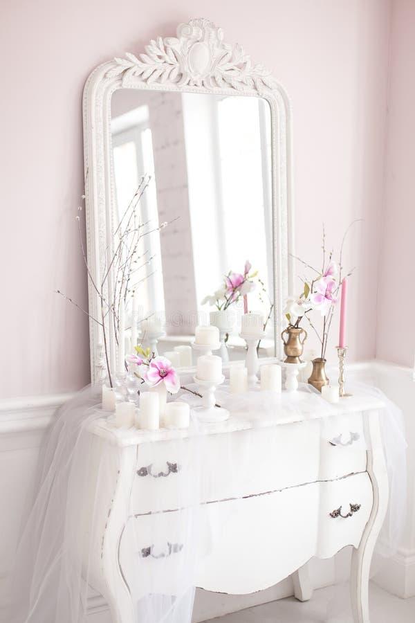 Quarto real Lugar para meninas de composição Tabela de pingamento branca elegante com o espelho no interior luxuoso clássico clar fotografia de stock royalty free