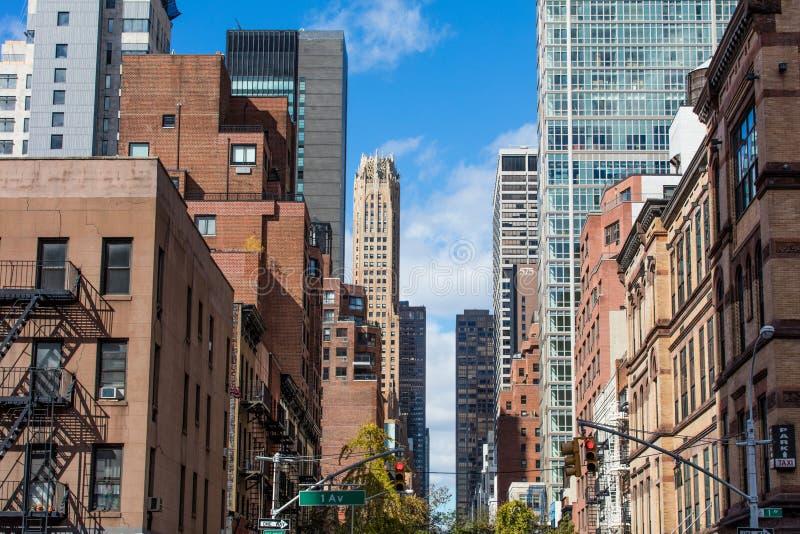 Quarto residencial em New York e em arranha-céus em um dia claro fotos de stock