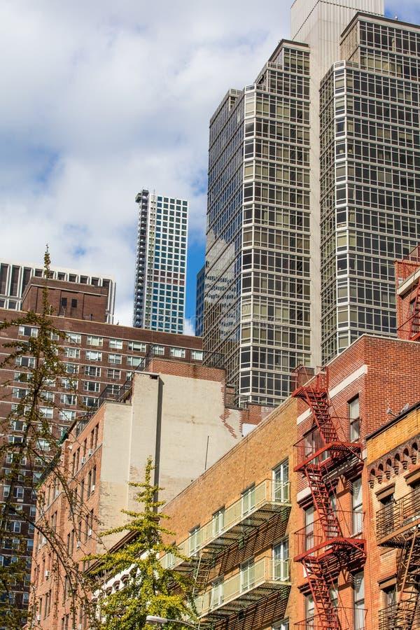 Quarto residencial em New York e em arranha-céus em um dia claro imagem de stock royalty free