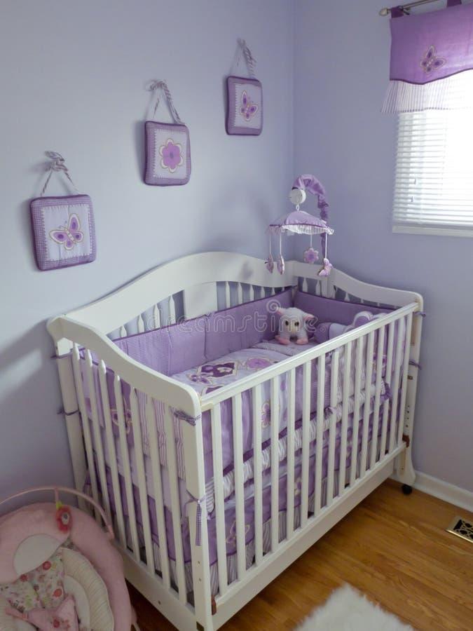Quarto roxo do bebê fotos de stock