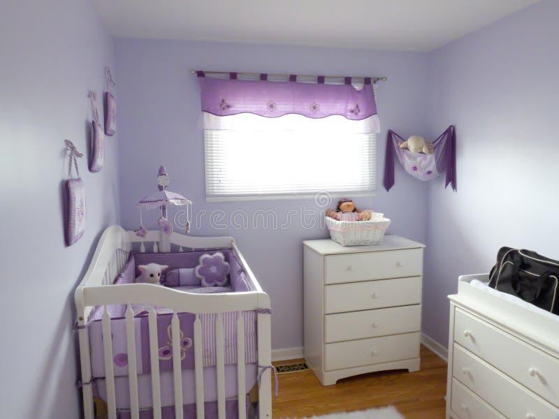 Quarto roxo dos bebês fotografia de stock royalty free