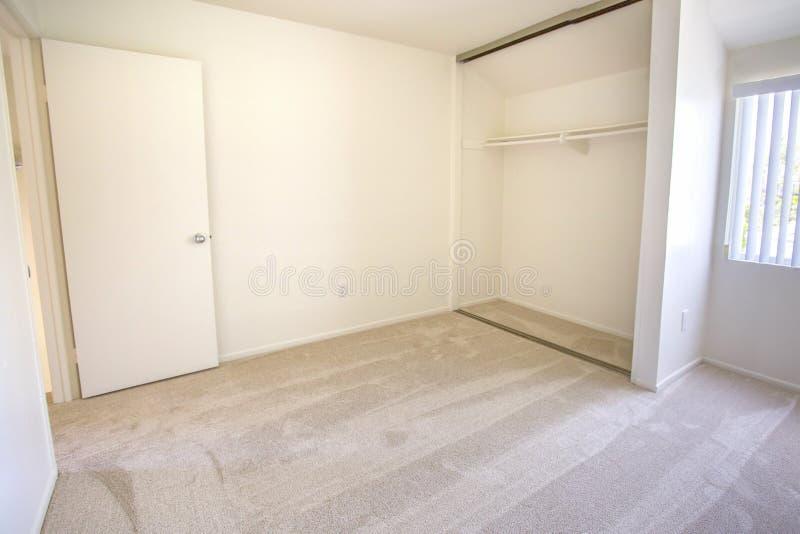 Quarto vazio com tapete e o armário aberto imagem de stock royalty free