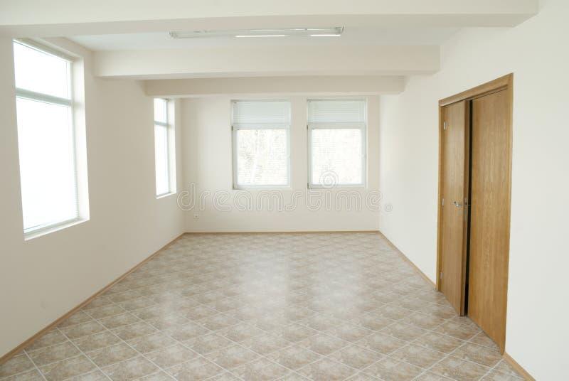 Quarto vazio do escritório com porta de madeira fotos de stock