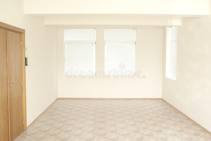 Quarto vazio do escritório com porta de madeira imagens de stock