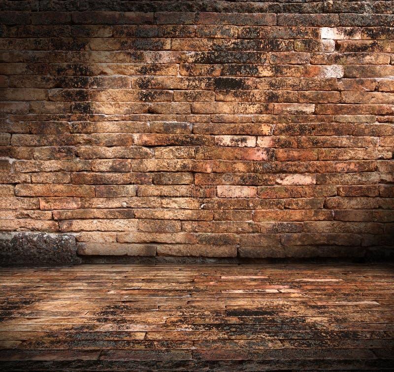 Quarto velho com parede de tijolo fotografia de stock