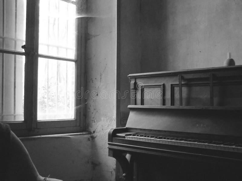 Quarto velho com um piano em preto e branco fotos de stock royalty free