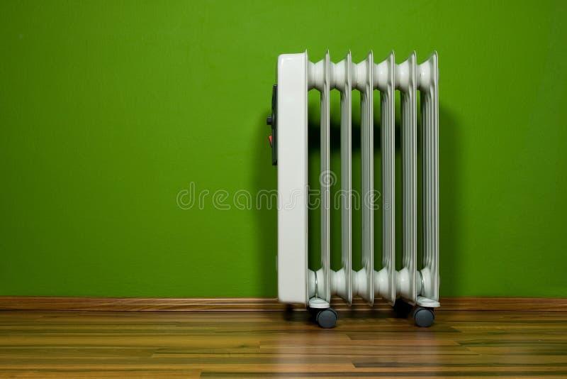 Quarto verde com radiador fotografia de stock