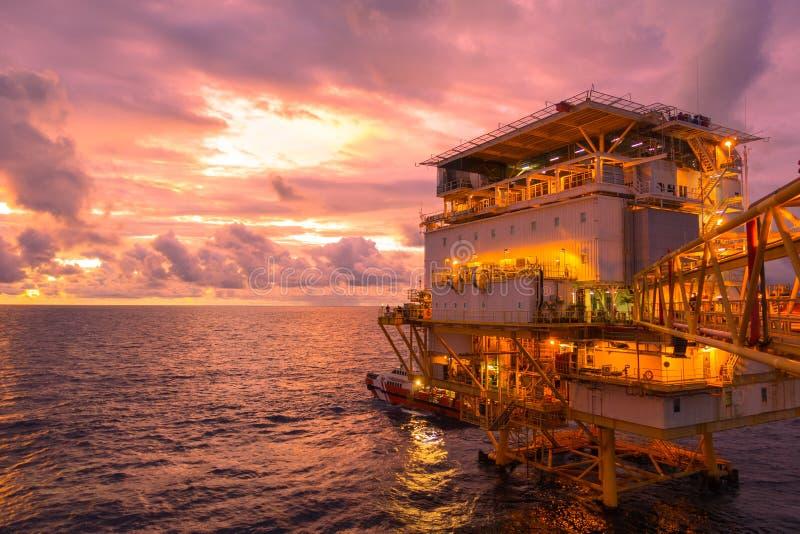 Quarto vivo da plataforma a pouca distância do mar da construção para o óleo da produção fotografia de stock