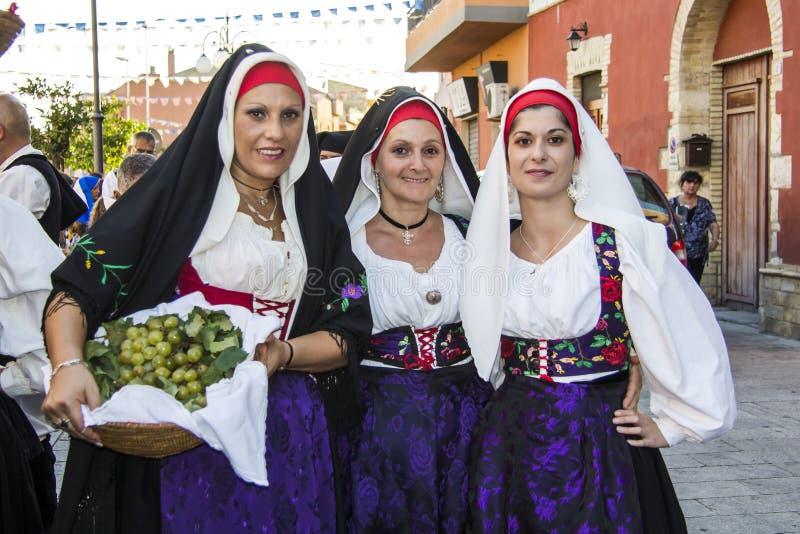 QUARTU S e 意大利- 2012年9月15日:酒节的游行2012年-撒丁岛 免版税库存照片