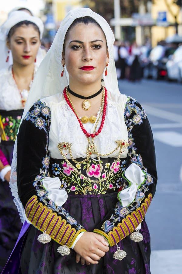 QUARTU S e , ITÁLIA - 17 de setembro de 2016: Parada de trajes sardos e de flutuadores para o festival da uva em honra do celebra imagens de stock royalty free