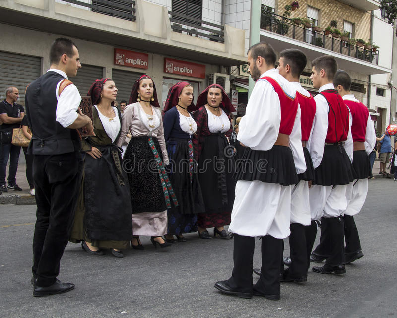 QUARTU S E , ITALIEN - September 21, 2014: Ståta av Sardinian dräkter och flöten för druvafestivalen i hedern av celebratioen royaltyfria foton