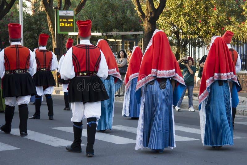 QUARTU S E , ITALIEN - SEPTEMBER 15: Ståta av vinfestivalen 2012 - Folkgruppen Cagliari - Villanova royaltyfri bild