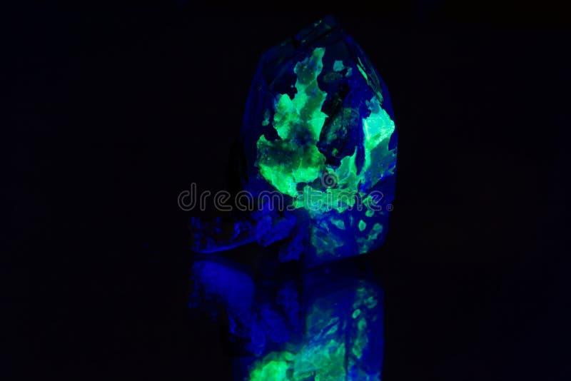 Quartz avec une couverture fluorescente verte de hyalite photos stock