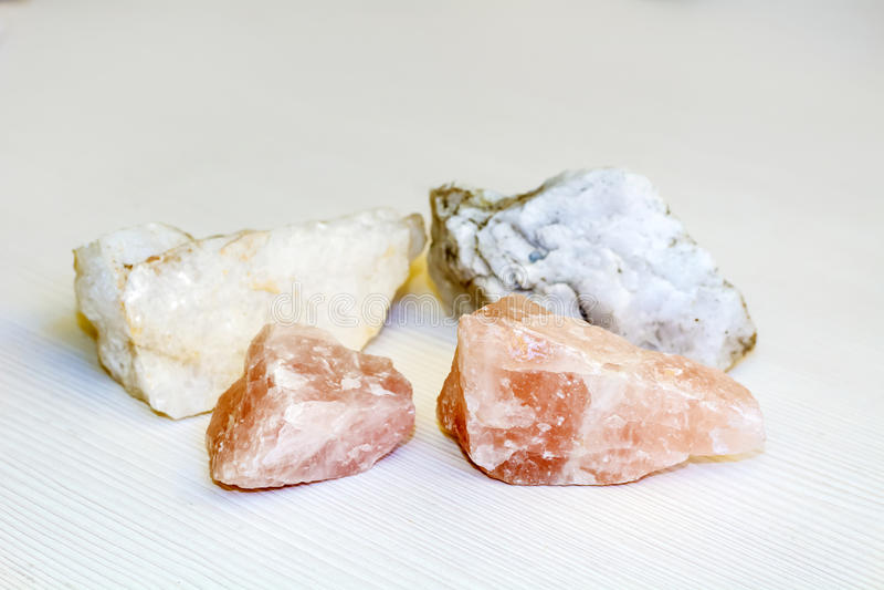 quartzo cor-de-rosa e mármore branco em um fundo branco foto de stock