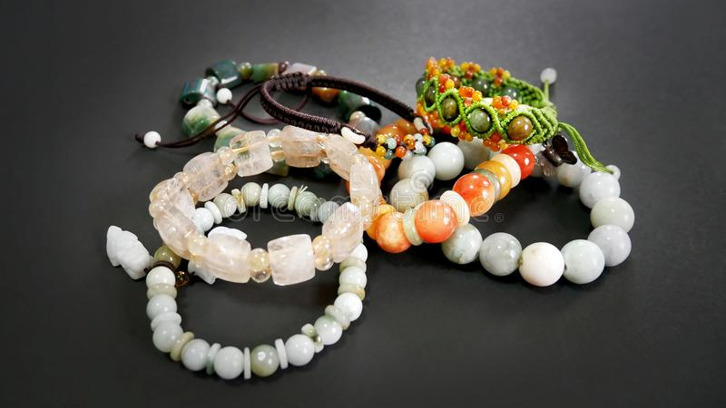 Quartzo e Jade Beaded Bracelets do Rutile fotos de stock royalty free