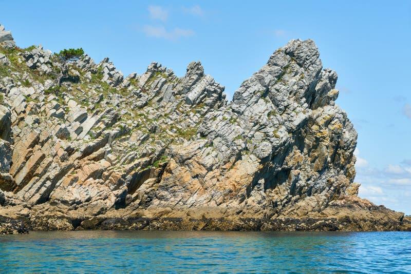 Quarzitfelsen auf Atlantikküste von Bretagne lizenzfreie stockfotos