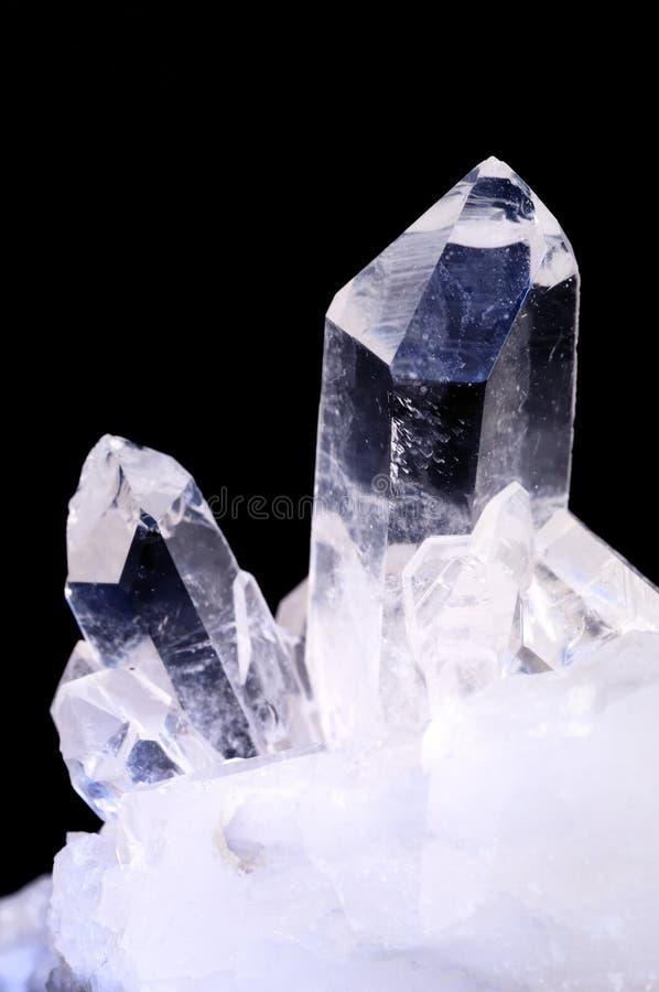 Quarzkristalle auf Schwarzem lizenzfreie stockfotos