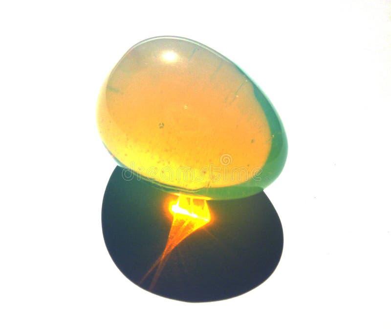Quarzmondstein Kristallgraustein Transparent Eierform Isoliert auf weißem Hintergrund stockfotos