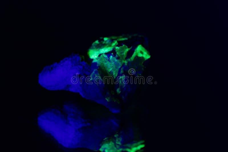 Quarzo con una copertura fluorescente verde del hyalite fotografia stock libera da diritti