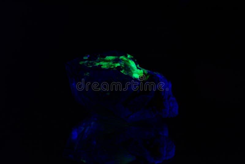 Quarzo con una copertura fluorescente verde del hyalite fotografie stock libere da diritti