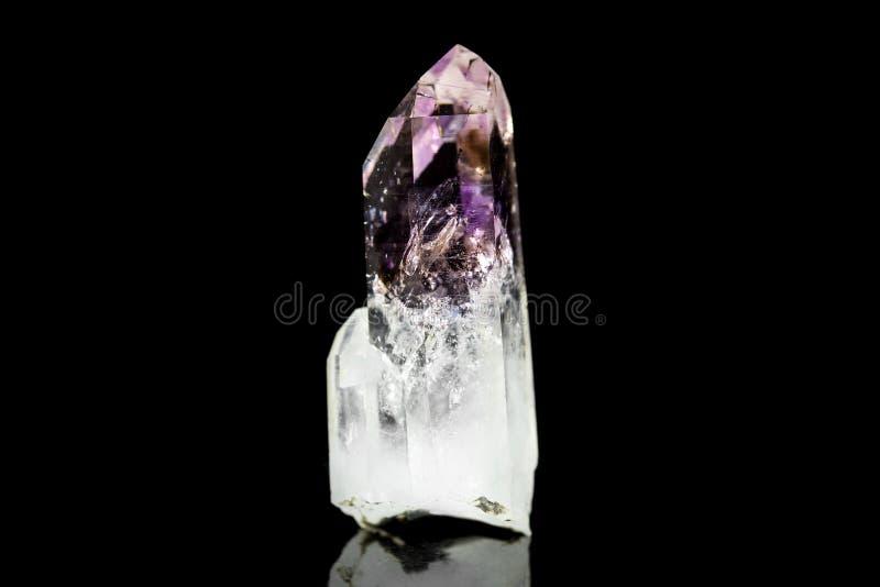 Quarzo di cristallo ametista, fondo nero, pietra minerale, healin fotografia stock libera da diritti