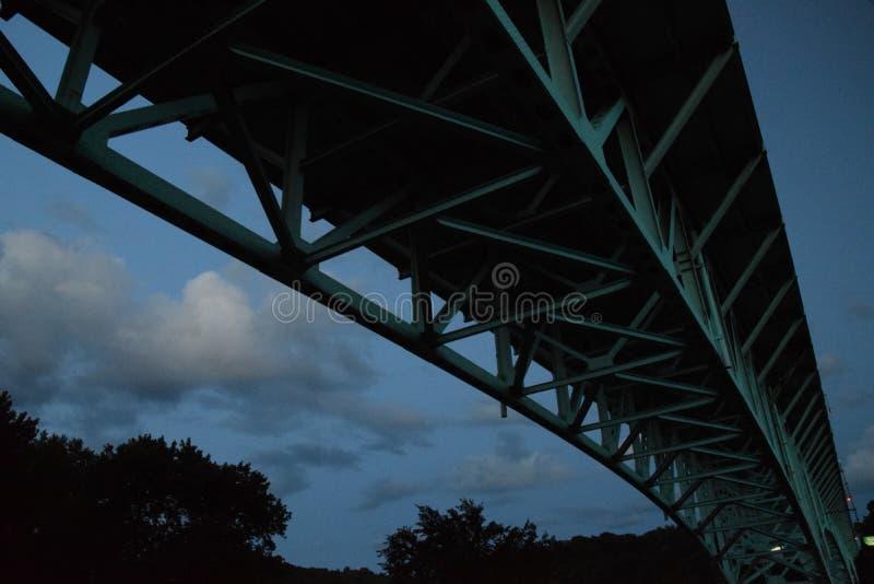 Quasi crepuscolo sotto dal ponte fotografie stock libere da diritti