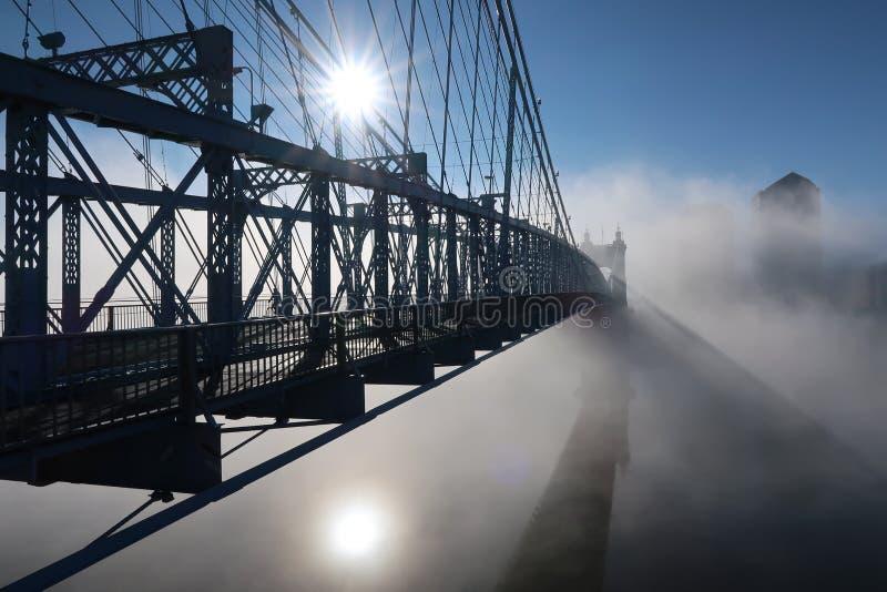 Quasi una siluetta di bello ponte immagini stock libere da diritti