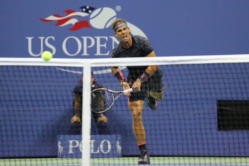 Quatorze campeões Rafael Nadal do grand slam das épocas da Espanha na ação durante seu fósforo de abertura no US Open 2015 imagem de stock