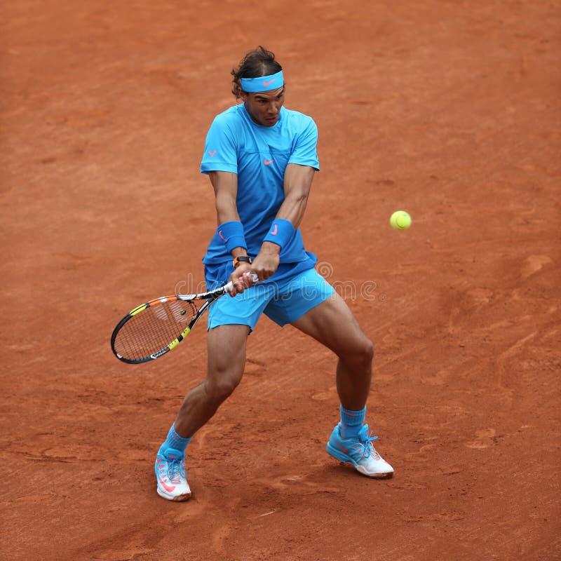 Quatorze champions Rafael Nadal de Grand Chelem de périodes dans l'action pendant son deuxième match de rond chez Roland Garros 2 photos stock