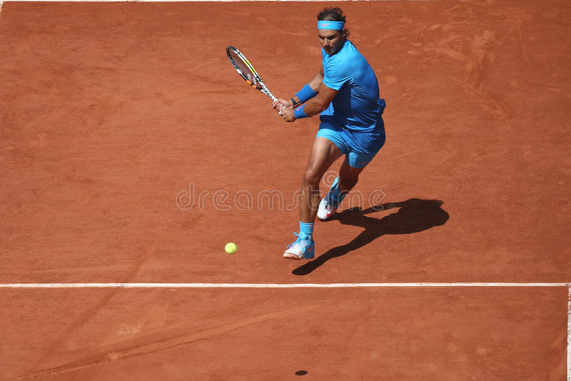 Quatorze champions Rafael Nadal de Grand Chelem de périodes dans l'action pendant son troisième match de rond chez Roland Garros  photographie stock libre de droits