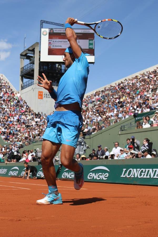 Quatorze champions Rafael Nadal de Grand Chelem de périodes dans l'action pendant son troisième match de rond chez Roland Garros  image libre de droits